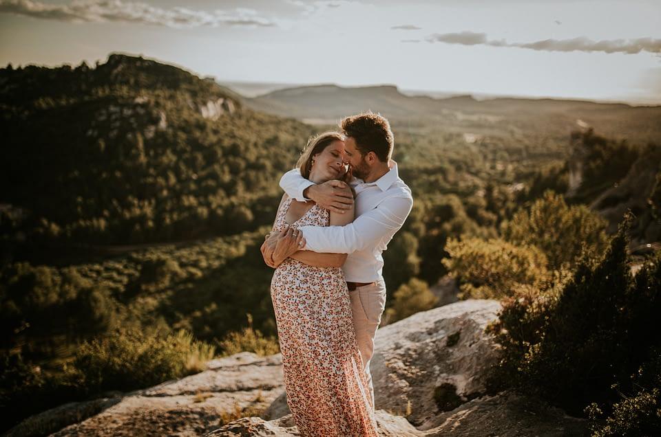 Séance engagement et grossesse dans les Alpilles