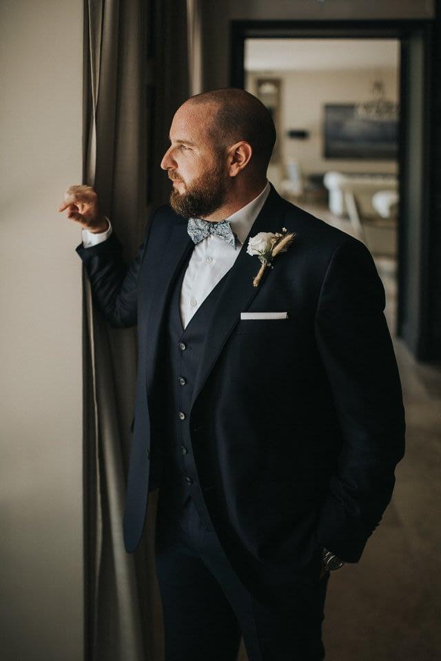 preapratif marié costume noeud papillon