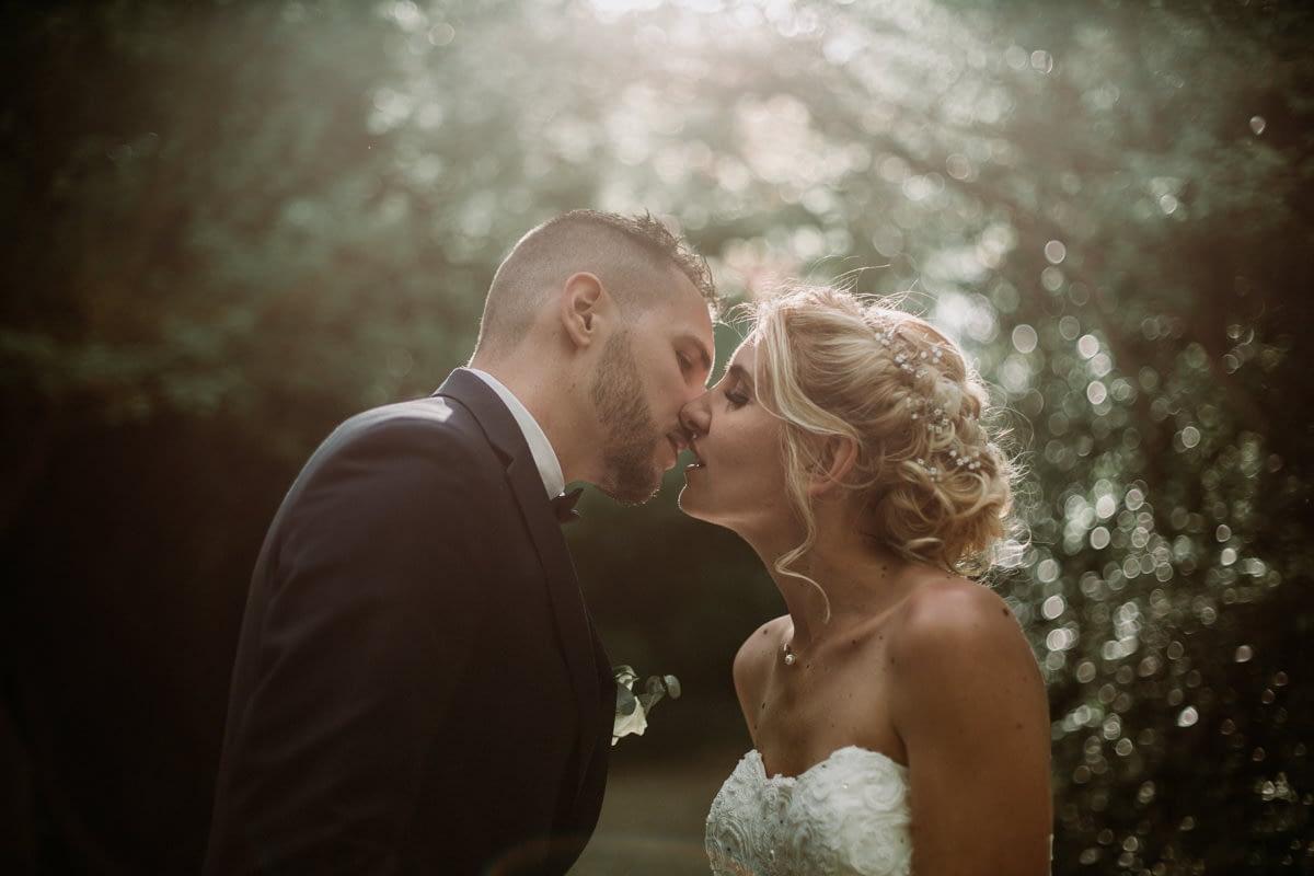 pose photographe mariage aix-en-provence embrasser